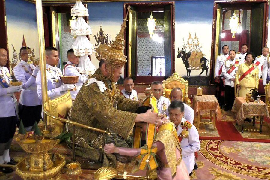 La reine consort Suthida et le roi de Thaïlande Maha Vajiralongkorn (Rama X) lors de son couronnement à Bangkok, le 4 mai 2019