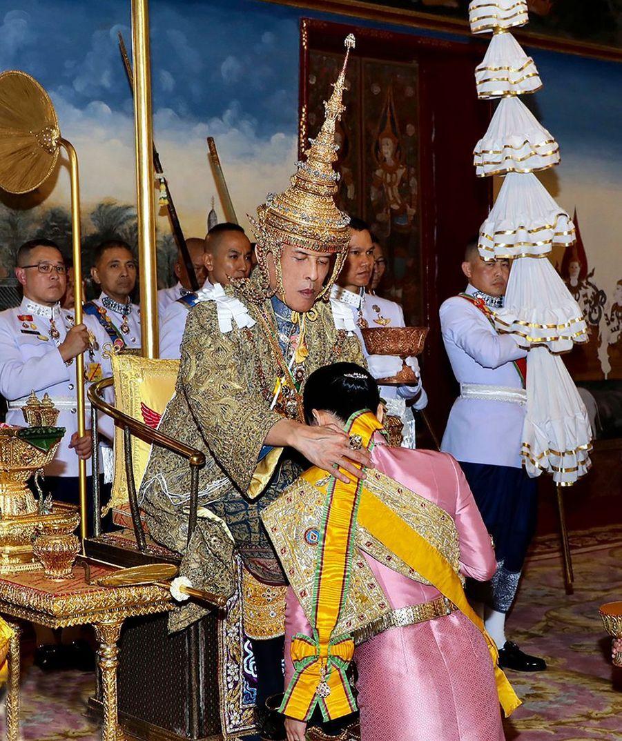 La reine consort Suthida avec le roi de Thaïlande Maha Vajiralongkorn (Rama X) lors de son couronnement à Bangkok, le 4 mai 2019
