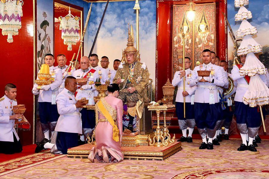 La reine Suthida et le roi de Thaïlande Maha Vajiralongkorn (Rama X) lors de son couronnement à Bangkok, le 4 mai 2019