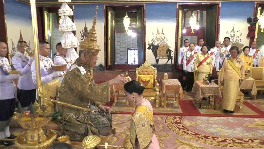 La reine Suthida avec le roi de Thaïlande Maha Vajiralongkorn (Rama X) lors de son couronnement à Bangkok, le 4 mai 2019