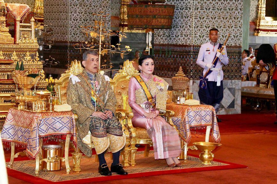 La reine Suthida aux côtés du roi de Thaïlande Maha Vajiralongkorn (Rama X) lors de son couronnement à Bangkok, le 4 mai 2019