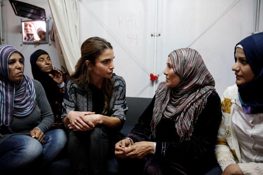 La reine Rania de Jordanie sur l'île de Lesbos, le 25 avril 2016