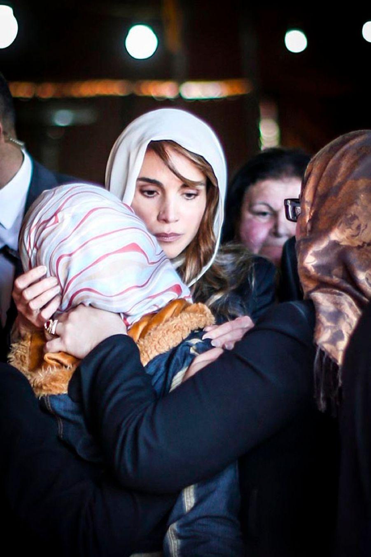 La reine Rania avec la mère du pilote brûlé vif par Daech, à Amman en 2015