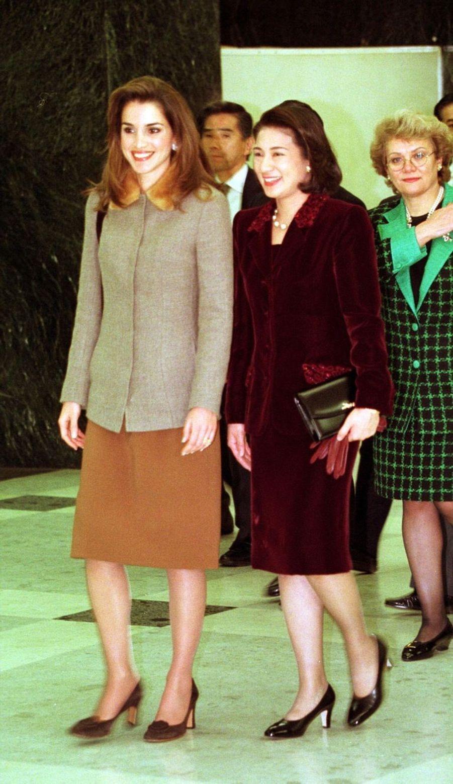 La reine Rania avec la princesse Masako au Japon en 1999