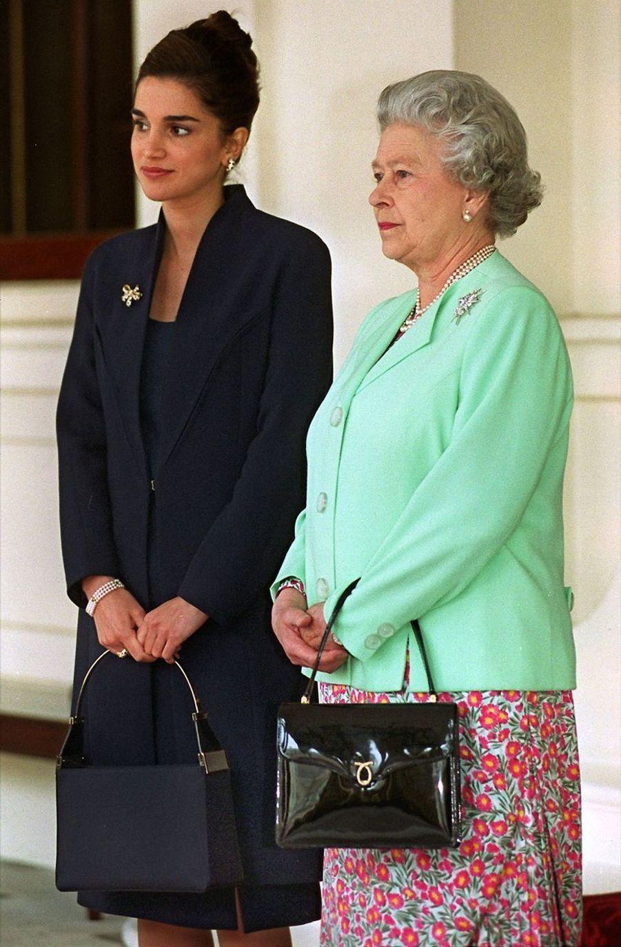 La reine Rania avec la reine Elizabeth II en 1999