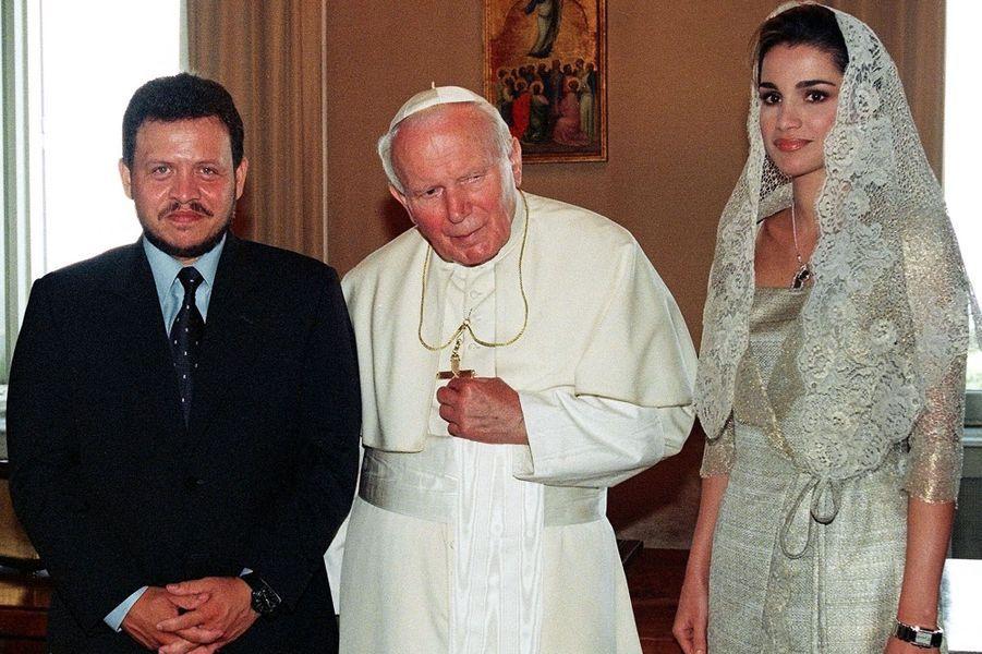 La reine Rania avec son époux le roi Abdallah et le pape Jean-Paul II au Vatican en 1999