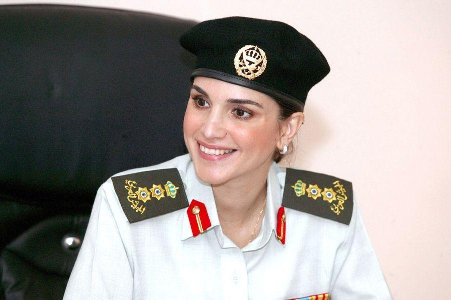 La reine Rania dans l'uniforme de son rang d'honneur de colonel, à Amman en 2005
