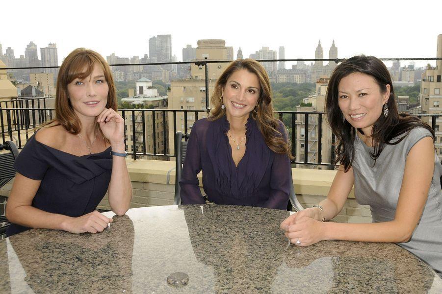 La reine Rania entourée de Carla Bruni-Sarkozy et de Wendi Murdoch à New York en 2008