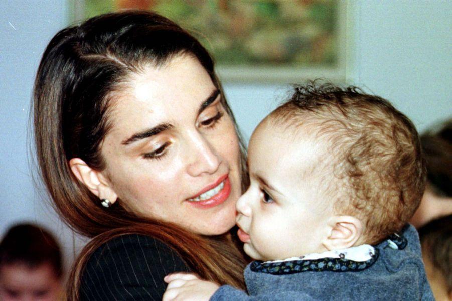 La reine Rania visite l'orphelinat Dar al-Bir en 1999