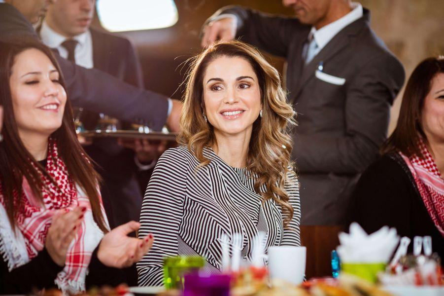 La reine Rania de Jordanie avec des femmes jordaniennes connectées à Amman, le 11 janvier 2017