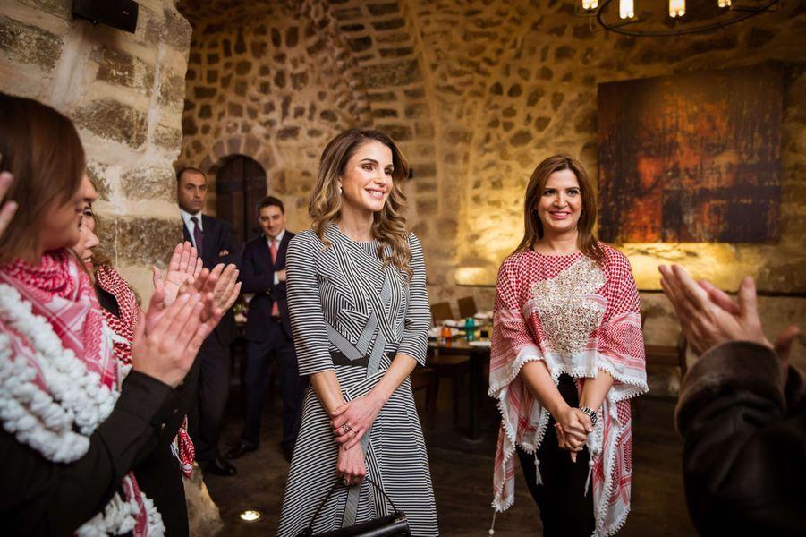 La reine Rania de Jordanie avec des Jordaniennes à Amman, le 11 janvier 2017