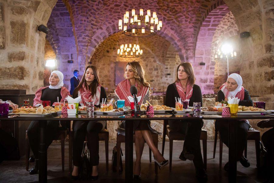 La reine Rania de Jordanie dans un restaurant d'Amman, le 11 janvier 2017