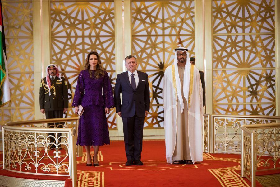 La reine Rania et le roi Abdallah II de Jordanie avec le prince Mohammed bin Zayed Al-Nahyan à Abu Dhabi, le 7 février 2018