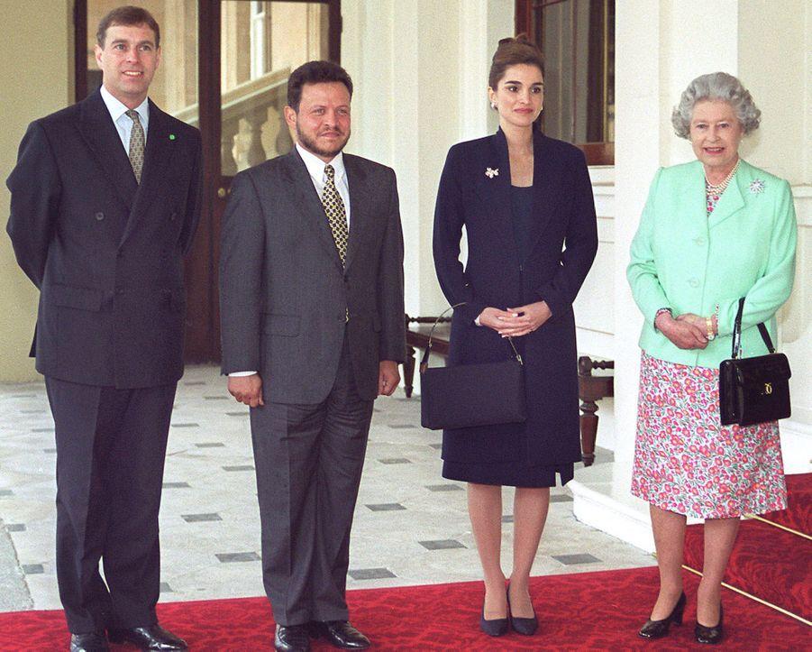 La reine Rania et le roi Abdallah II de Jordanie avec la reine Elizabeth II et le prince Andrew, le 12 mai 1999