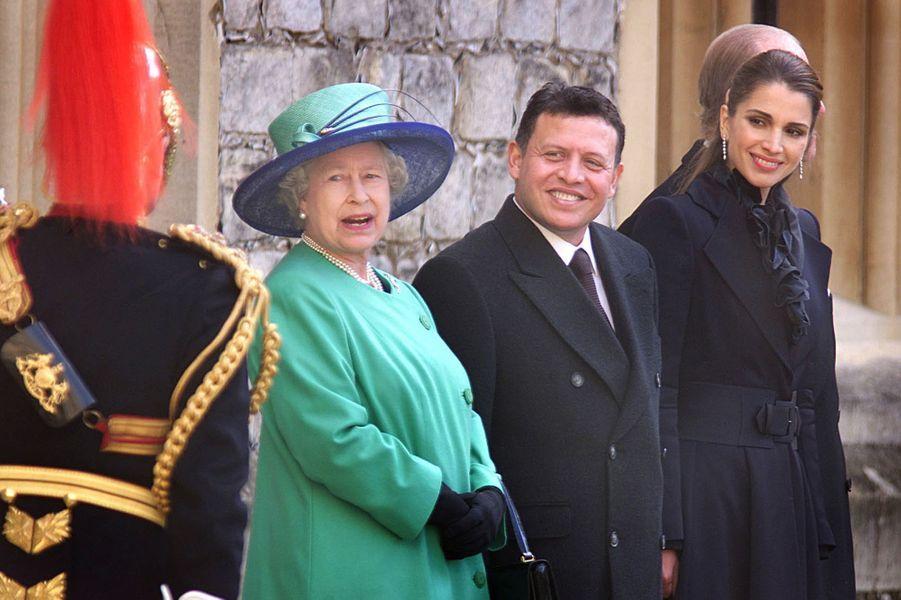 La reine Rania et le roi Abdallah II de Jordanie avec la reine Elizabeth II, le 6 novembre 2001