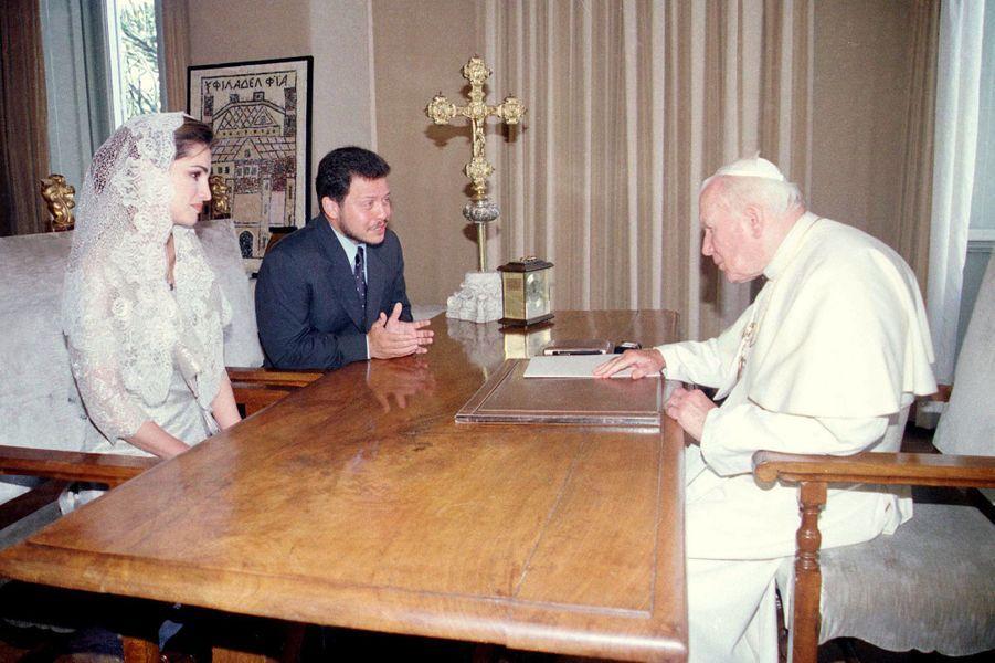 La reine Rania et le roi Abdallah II de Jordanie avec le pape Jean-Paul II, le 21 septembre 1999