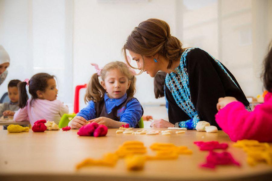 La reine Rania de Jordanie visite le centre culturel Zaha à Al Mafraq, le 8 avril 2019