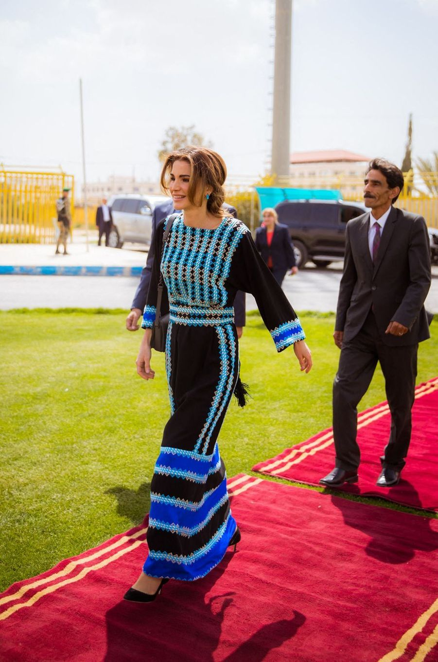 La reine Rania de Jordanie, dans une robe de style traditionnel, à Al Mafraq le 8 avril 2019