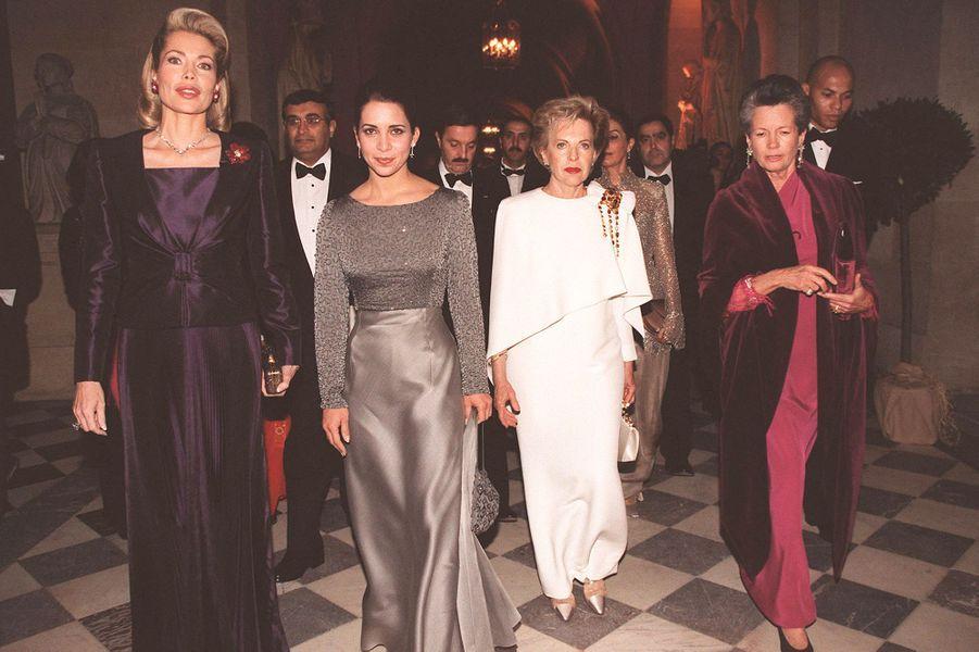 La Begum Inaara Aga Khan et la princesse Haya de Jordanie (à gauche) avec Anne-Aymone Giscard d'Estaing au château de Versailles, le 4 décembre 2...