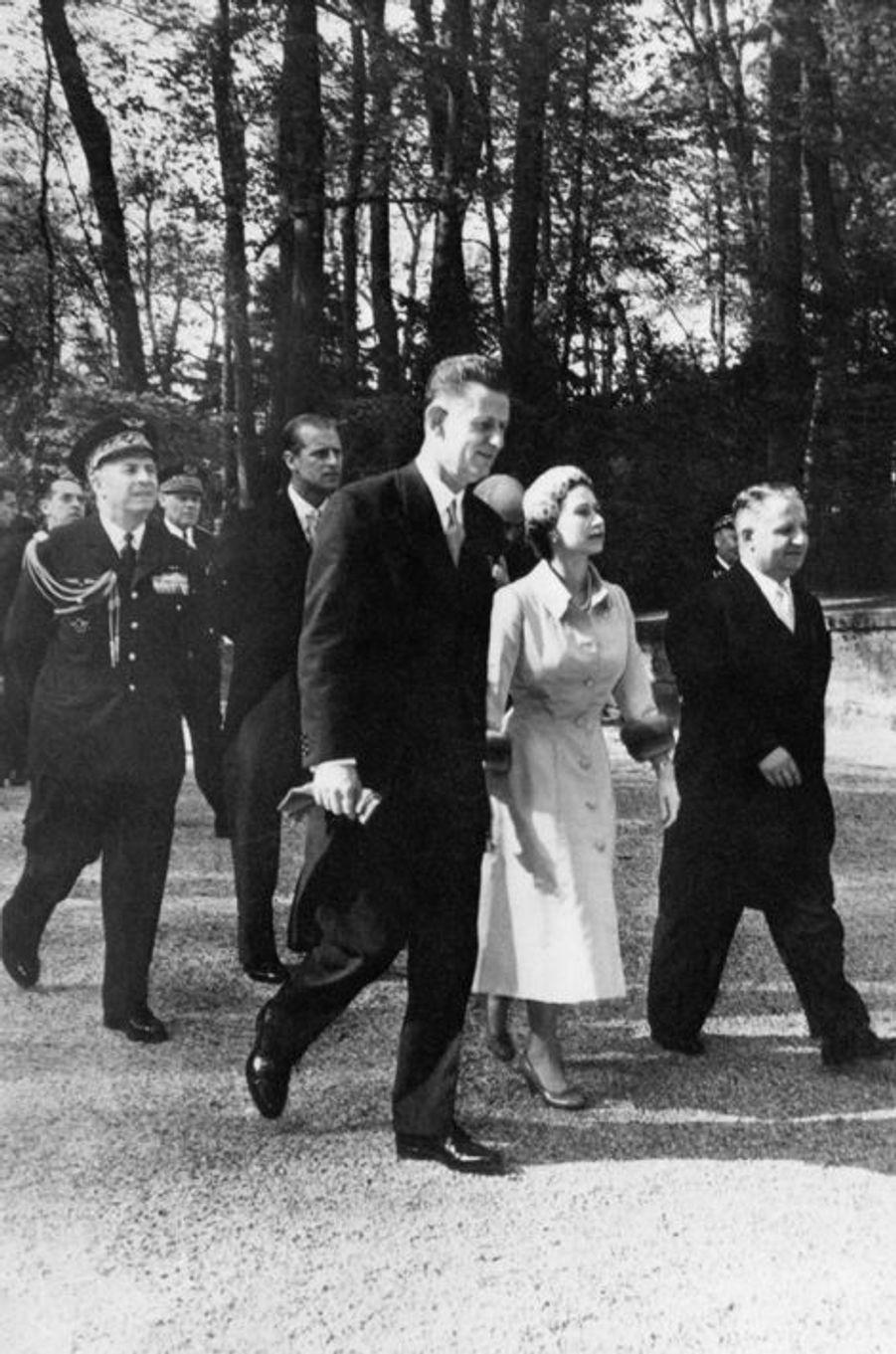 La reine Elizabeth II au château de Versailles, le 10 avril 1957