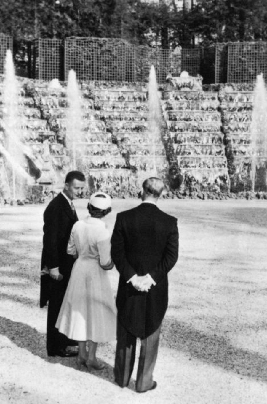 La reine Elizabeth II avec le prince Philip au château de Versailles, le 9 avril 1957