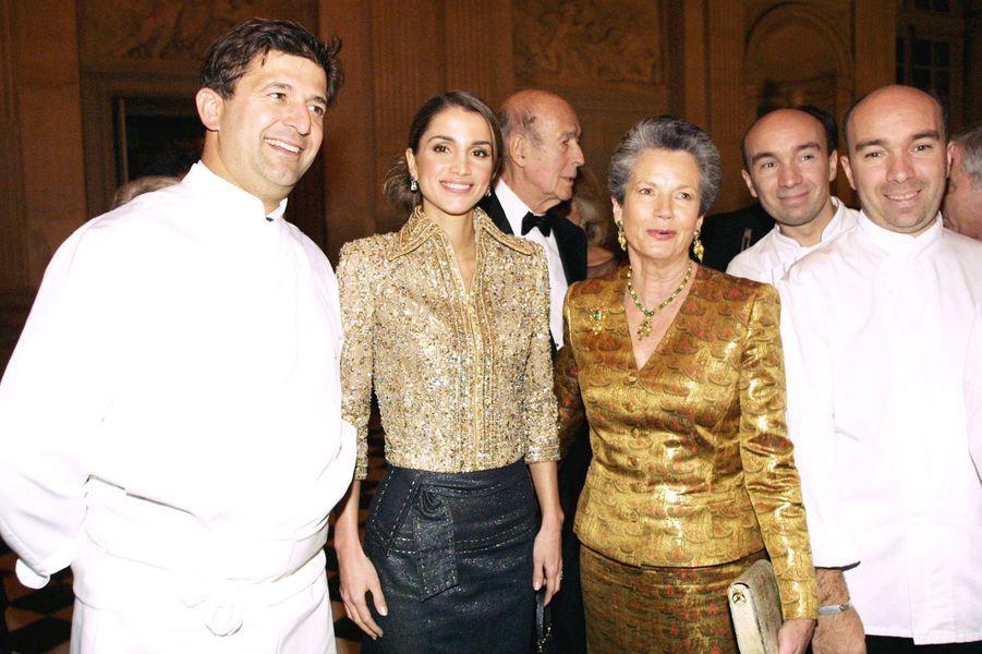 La reine Rania de Jordanie avec Anne-Aymone Giscard d'Estaing au château de Versailles, le 3 décembre 2001