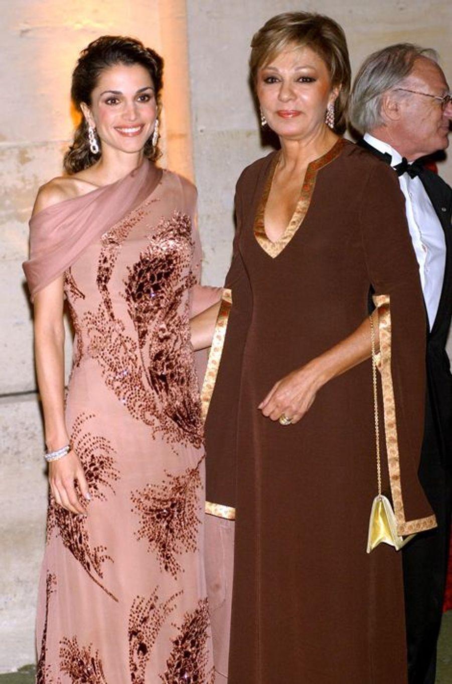 La reine Rania de Jordanie avec l'ancienne impératrice d'Iran Farah Dibah au château de Versailles, le 3 septembre 2002