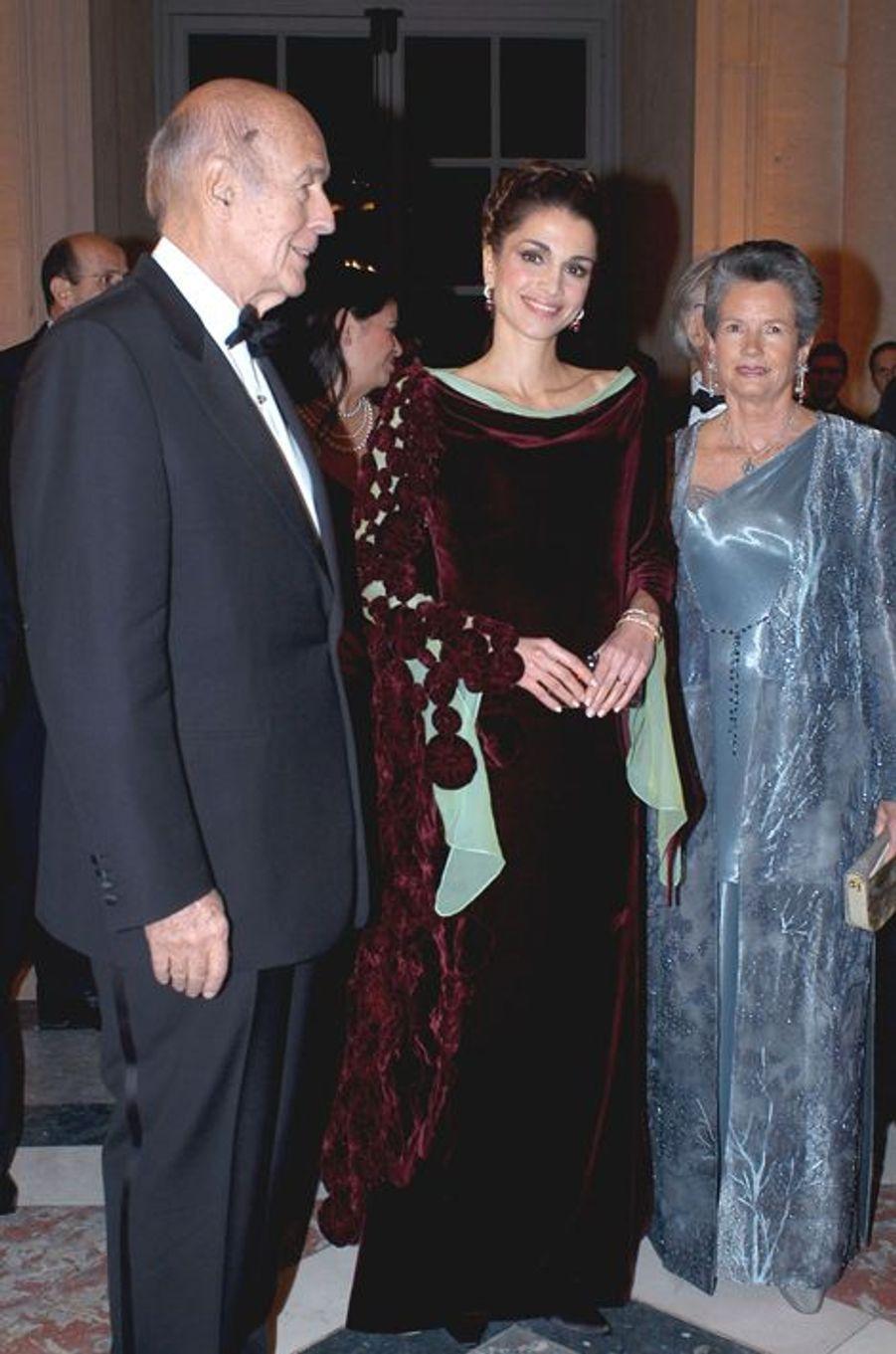 La reine Rania de Jordanie avec Valéry et Anne-Aymone Giscard d'Estaing au château de Versailles, le 2 décembre 2002