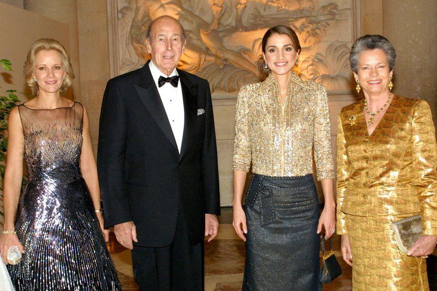 La reine Rania de Jordanie avec Valéry et Anne-Aymone Giscard d'Estaing au château de Versailles, le 3 décembre 2001
