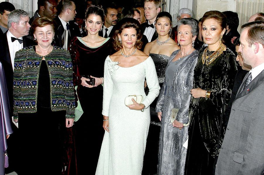 La reine Rania de Jordanie, la reine Silvia et la princesse Victoria de Suède, l'ancienne impératrice d'Iran Farah Dibah au château de Versailles...