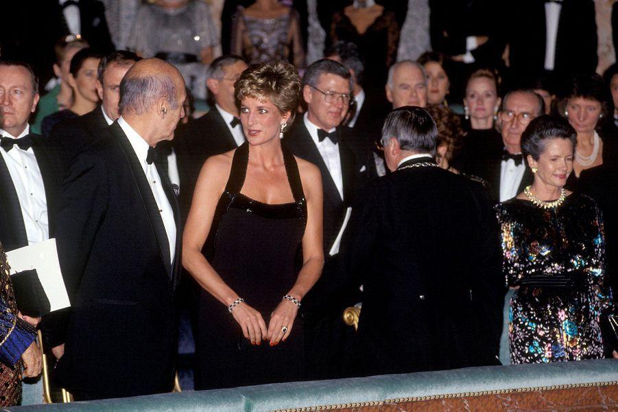 Lady Diana avec Anne-Aymone et Valéry Giscard d'Estaing au château de Versailles, le 28 novembre 1994