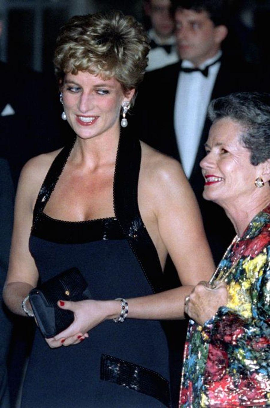 Lady Diana avec Anne-Aymone Giscard d'Estaing au château de Versailles, le 28 novembre 1994