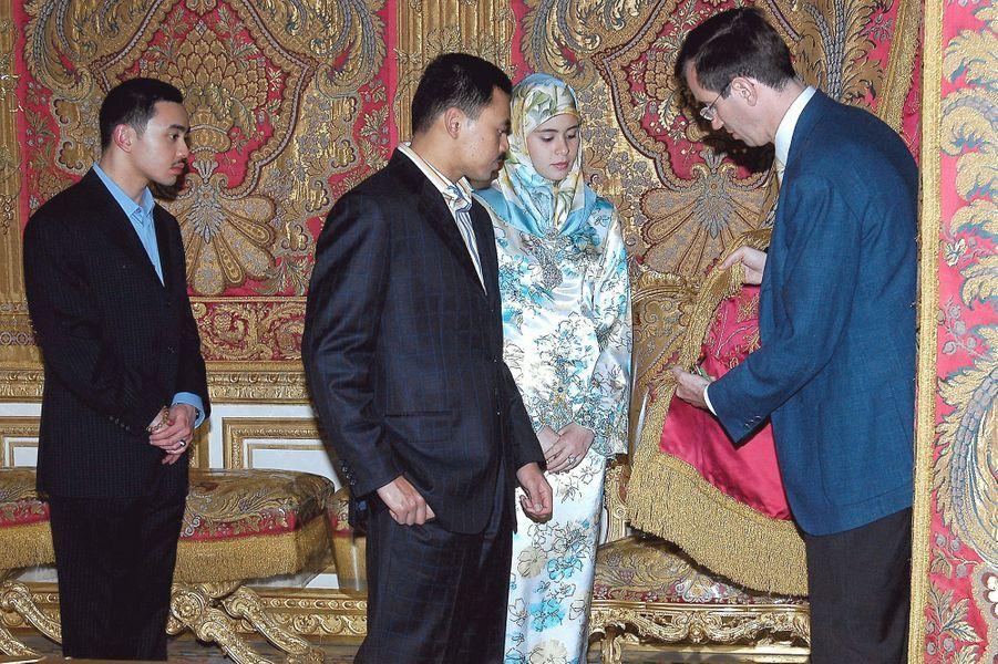 Le prince Haji Al Muhtadee Billah de Brunei et la princesse Sarah au château de Versailles le 5 juin 2006