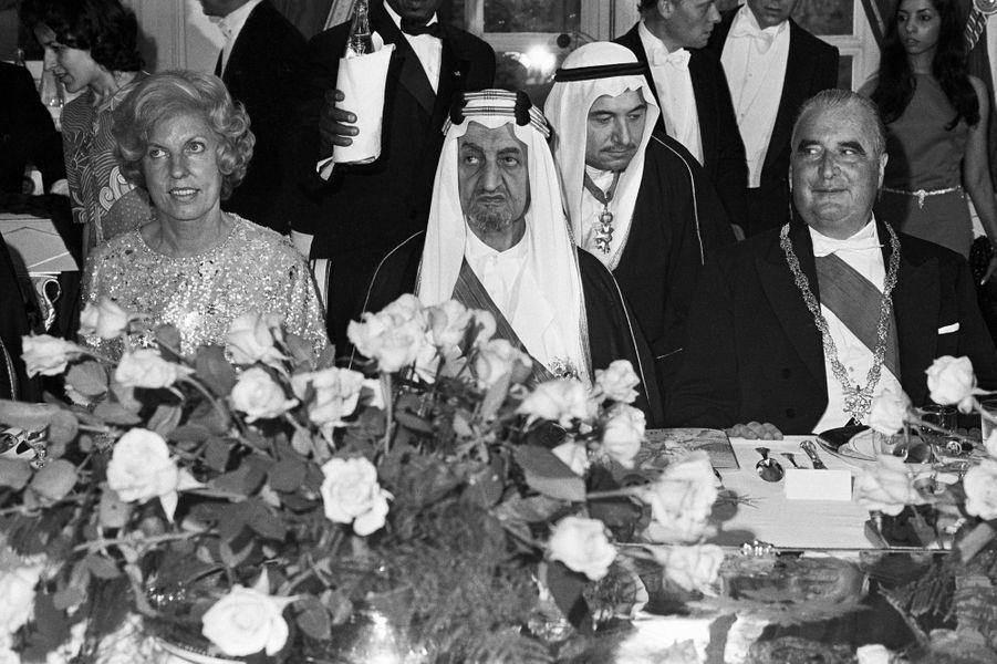 Le roi Fayçal d'Arabie Saoudite avec le président Pompidou et sa femme au château de Versailles, le 15 mai 1973