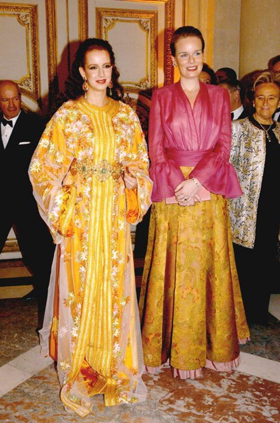 Les princesses Lalla Salma du Maroc et Mathilde de Belgique au château de Versailles, le 8 décembre 2003