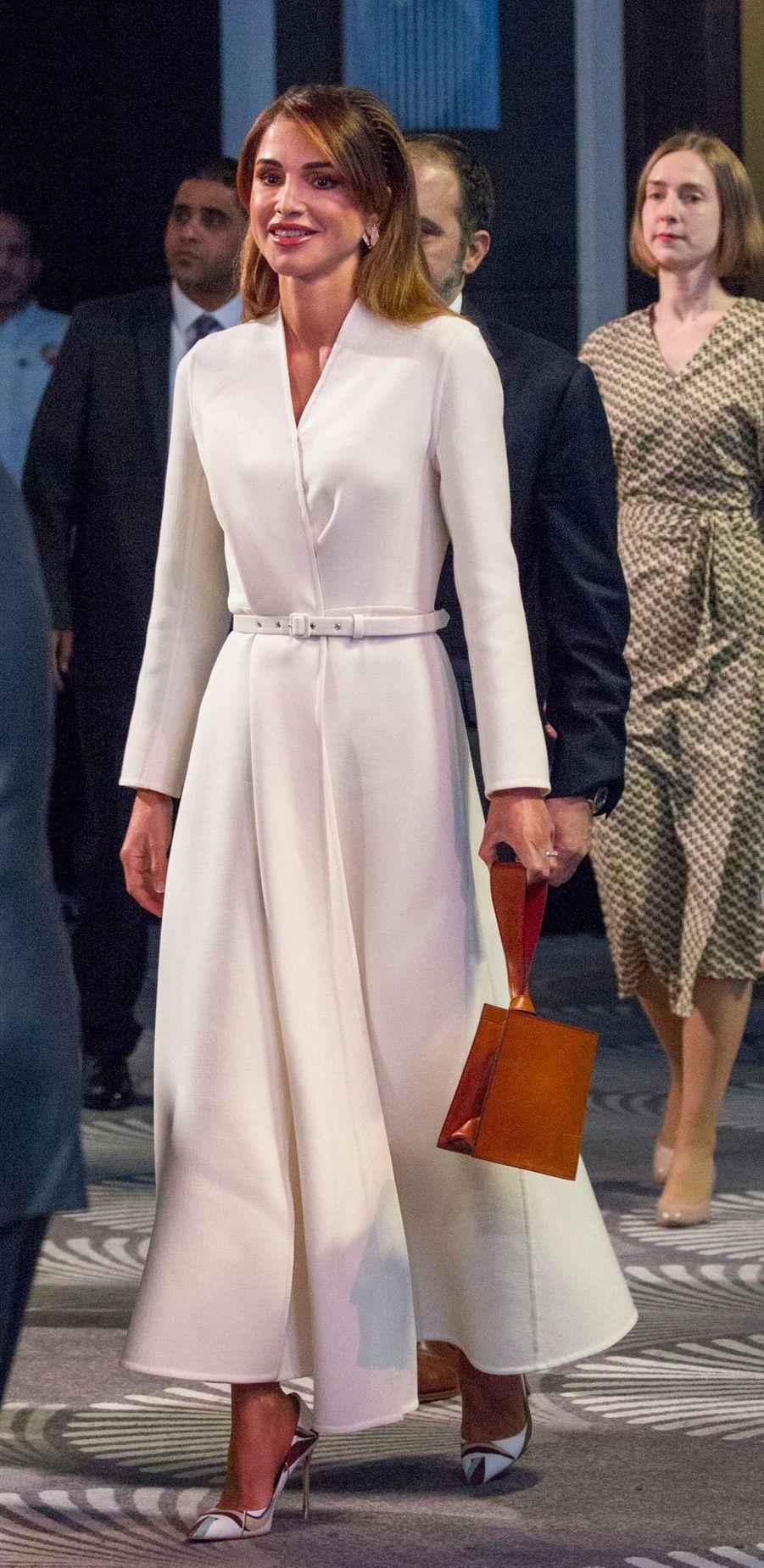 La reine Rania de Jordanie dans une robe-manteau Izeta à Amman, le 2 mars 2020