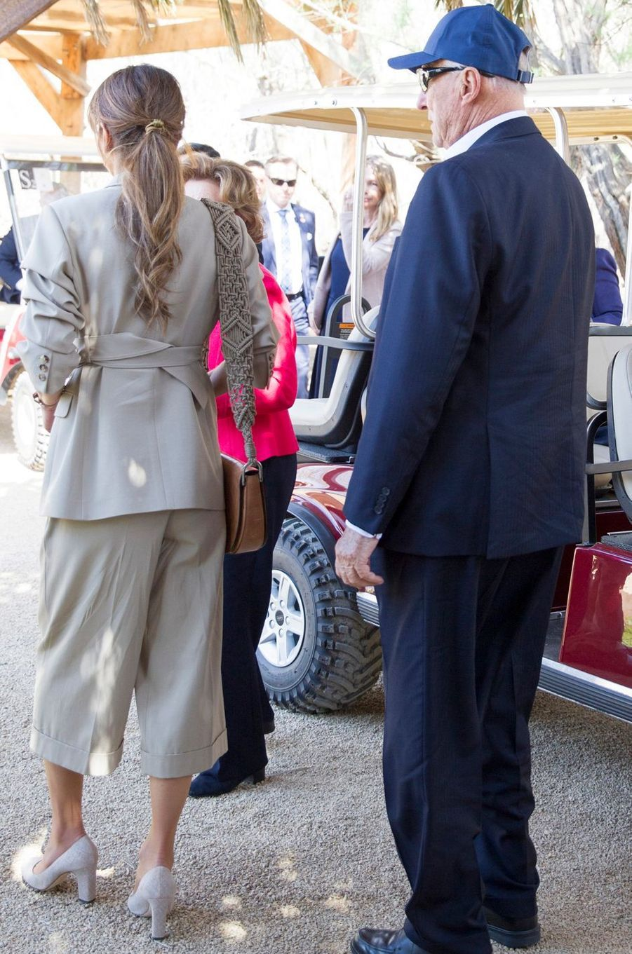 La reine Rania de Jordanie, de dos, à Béthanie au-delà du Jourdain, le 3 mars 2020