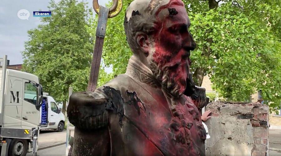 La statue du roi des Belges Léopold II à Ekeren (Anvers) déboulonnée, le 9 juin 2020
