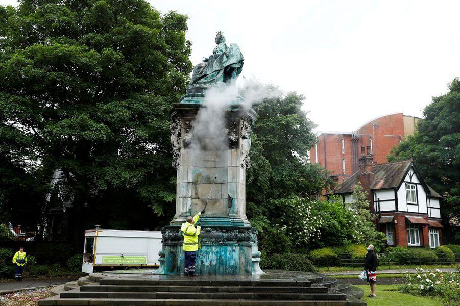 Le mémorial de la reine Victoria à Leeds vandalisé, en train d'être nettoyé le 10 juin 2020