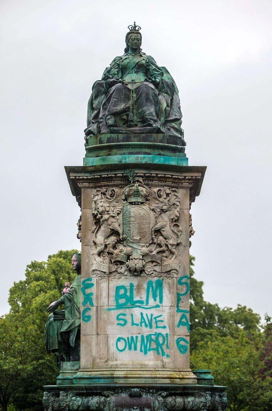 Le mémorial de la reine Victoria à Leeds vandalisé, le 10 juin 2020