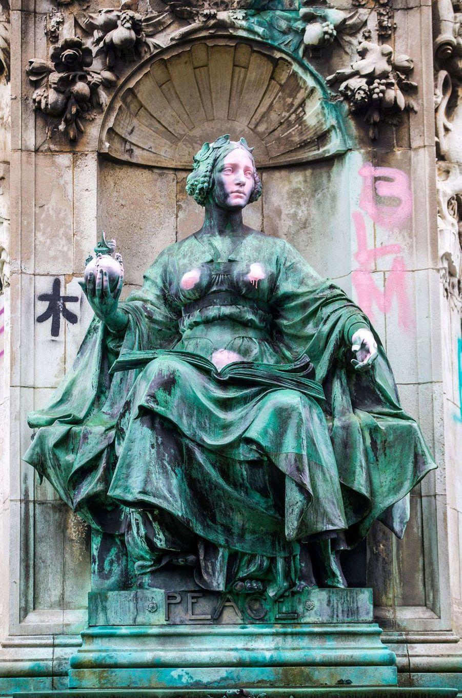 L'une des figures du piédestal du mémorial de la reine Victoria à Leeds vandalisé, le 10 juin 2020