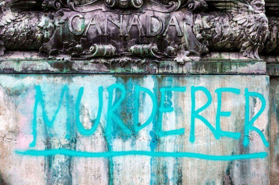 Inscription sur le socle du mémorial de la reine Victoria à Leeds vandalisé, le 10 juin 2020