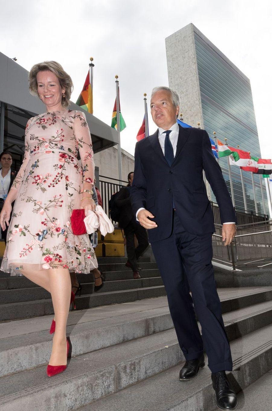 La reine des Belges Mathilde quitte le siège de l'ONU à New York, avec le ministre belge des Affaires étrangères, le 24 septembre 2018