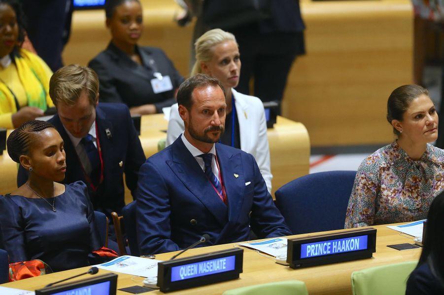 La reine Masenate du Leshoto et la princesse Victoria de Suède encadrent le prince Haakon de Norvège à New York, le 24 septembre 2018