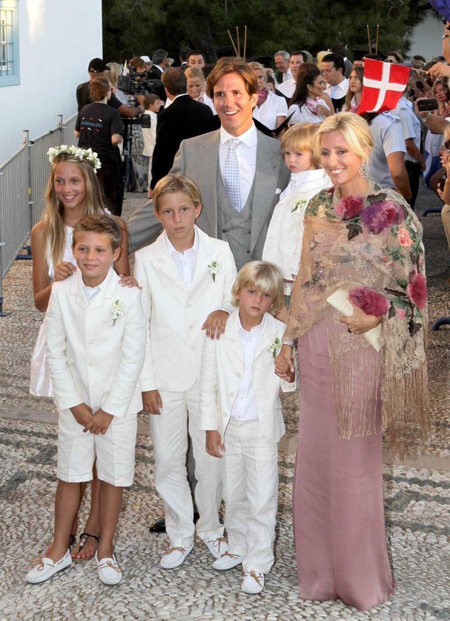 Le prince Pavlos de Grèce, frère aîné du marié, avec sa femme la princesse Marie-Chantal et leurs enfants sur l'île de Spetses, le 25 août 2010