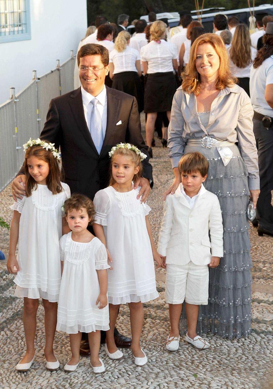 La princesse Alexia de Grèce, soeur aînée du marié, avec son mari Carlos Morales Quintana et leurs enfants sur l'île de Spetses, le 25 août 2010
