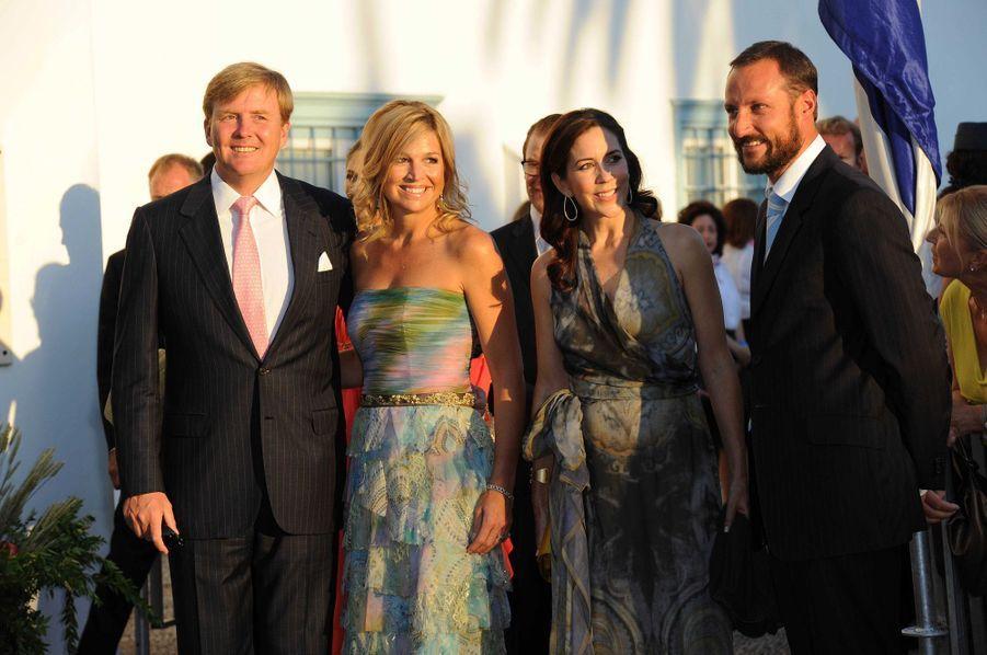 Le prince Willem-Alexander et la princesse Maxima des Pays-Bas, la princesse Mary de Danemark et le prince Haakon de Norvège sur l'île de Spetses, le 25 août 2010