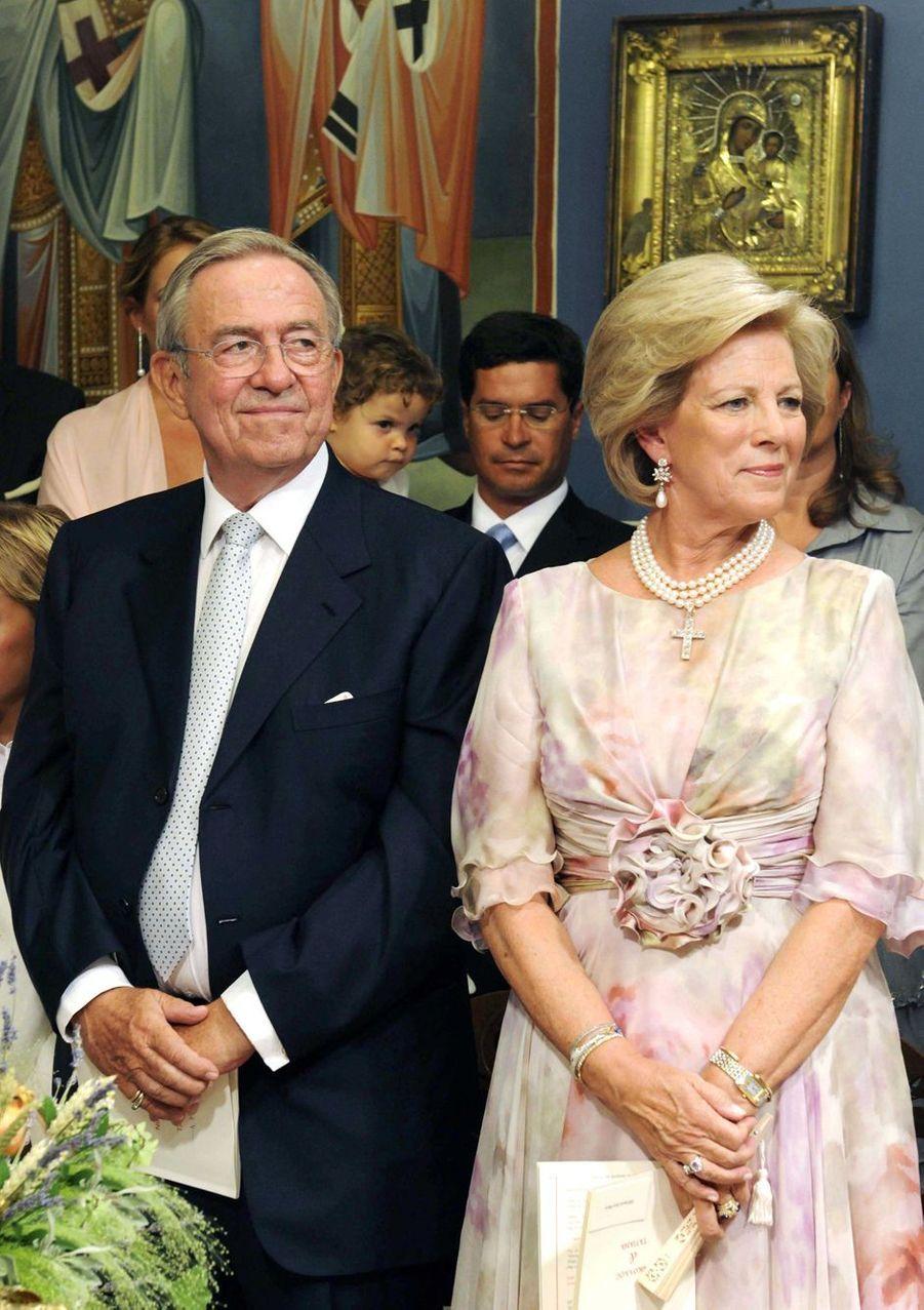 L'ancien roi des Hellènes Constantin II et l'ancienne reine Anne-Marie sur l'île de Spetses, le 25 août 2010