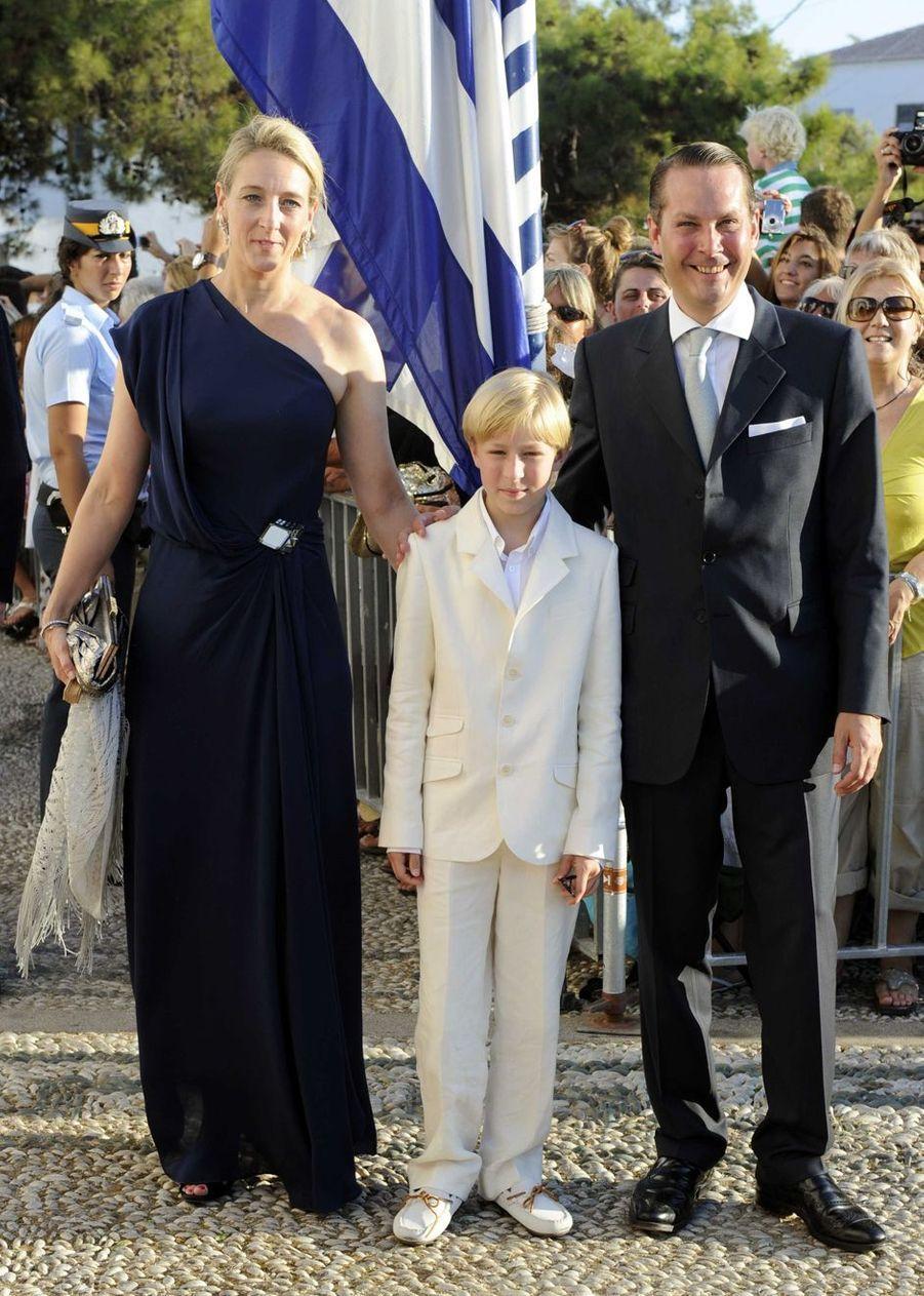 La princesse Alexandra zu Sayn-Wittgenstein-Berleburg, cousine du marié, avec son mari le comte Jefferson-Friedrich von Pfeil und Klein-Ellguth et leur fils le comte Richard sur l'île de Spetses, le 25 août 2010