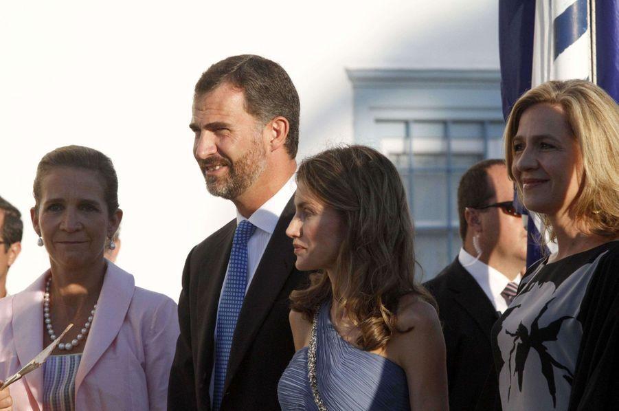 Le prince Felipe d'Espagne avec sa femme la princesse Letizia et ses deux soeurs les infantes Elena et Cristina sur l'île de Spetses, le 25 août 2010